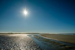 Sun está fijando lentamente a lo largo de la costa costa Países Bajos del verano de Schiermonnikoog fotos de archivo libres de regalías