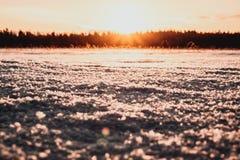 Sun está indo para baixo no lago Foto de Stock
