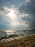 Sun está saliendo en el mar después de la tormenta en Sithonia Fotos de archivo