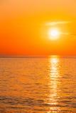Sun está ajustando-se no horizonte no nascer do sol do por do sol sobre o mar ou o oceano T Foto de Stock