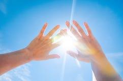 Sun est brillant par des doigts Photo libre de droits