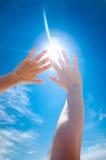 Sun est brillant par des doigts Photo stock