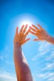 Sun est brillant par des doigts Image stock