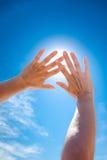 Sun est brillant par des doigts Photographie stock libre de droits