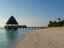Sun estabeleceu em uma ilha Maldive Fotografia de Stock