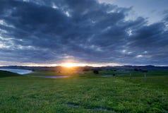 Sun estalló a través de las nubes gruesas Fotografía de archivo