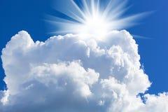 Sun et grand nuage blanc Images stock