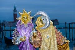 Sun et couples masqués par lune Photos stock