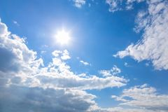 Sun et nuages sur le ciel Photos stock