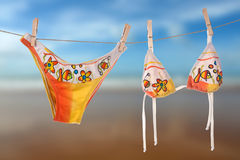 sun för kvinnlig för strandbikinidrying Arkivbild