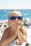 sun för strandpojkeexponeringsglas Arkivfoton