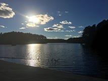 Sun faisant une pointe par les nuages Photos stock