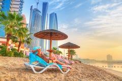 Sun-Feiertage auf dem Strand des Persischen Golfs Lizenzfreie Stockfotos