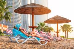 Sun-Feiertage auf dem Strand des Persischen Golfs Stockbild