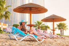 Sun-Feiertage auf dem Strand des Persischen Golfs Stockfotos