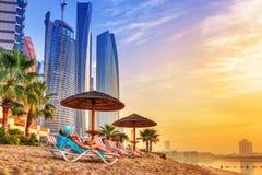 Sun-Feiertage auf dem Strand des Persischen Golfs Lizenzfreie Stockbilder