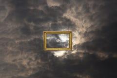 Sun fermato nel telaio sul cielo royalty illustrazione gratis