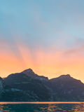 Sun fijó detrás de los picos de montaña en las montañas de Suiza Fotos de archivo libres de regalías