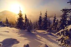 Sun fijó en montañas con invierno y paisaje frío Fotos de archivo