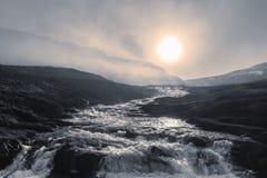 Sun fija sobre el valle de Asparvikurdalur cerca de Eyjafjall en el Westfjords, Islandia Fotos de archivo libres de regalías