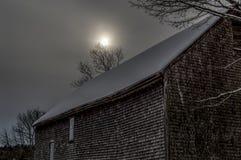 Sun froid au-dessus de vieille grange en janvier Image libre de droits