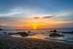 Sun gefallen am Strand zur Sonnenuntergangzeit lizenzfreie stockfotos