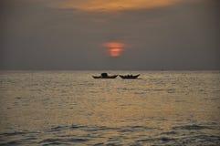 Sun gegen Boot Lizenzfreie Stockfotos