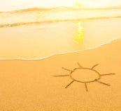 Sun gezeichnet in den Sand eines Strandes, weiche Brandungswelle Reise Lizenzfreie Stockfotos