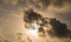 Sun in giorno nuvoloso Immagine Stock