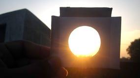 Sun-Glanz-Aufstieg durch Loch des Papiers Lizenzfreies Stockbild