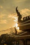 Sun-Glanz durch den thailändischen Tempel Stockfotos