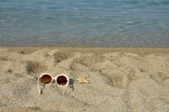 Sun glasses with sea star on a beach Royalty Free Stock Photography