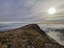 Sun-glencoe Schottland-Hochlandberge ?ber Wegabenteuer stockfoto