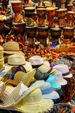 Sun-Hüte und Bongo-Trommeln stockbilder