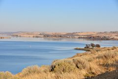 Sun-ha infradiciato la salvia per trascurare le acque di ceruleo del fiume Snake vicino al parco di Charbonneau fotografia stock libera da diritti