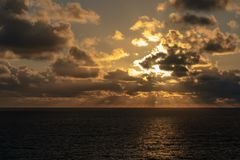 Sun heben heraus in Meer an stockbild