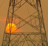 Sun hinter dem Schattenbild des Masts bei Sonnenuntergang Lizenzfreie Stockbilder