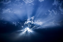 Sun hinter dunklen Wolken Lizenzfreie Stockfotos