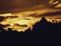Sun hinter Himmel Stockbild