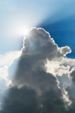 The Sun hinter Wolken Lizenzfreies Stockfoto