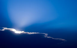 Sun hinter Wolken lizenzfreie stockfotos