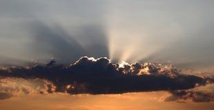 Sun i moln Arkivbild