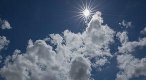 Sun i skyen Arkivfoton