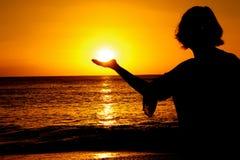 Sun in Ihrer Hand Stockfoto