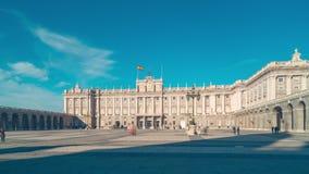 Sun ilumina o lapso de tempo spain do panorama 4k do placa do palácio real de madrid filme