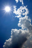 Sun im blauen Himmel Stockfotos