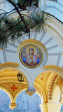 Sun im Bogen der Kirche Lizenzfreie Stockfotos