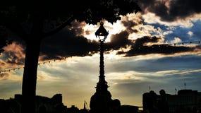 Sun im Laternenpfahl mit Wolken und Schattenbild stockfotos