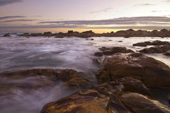 Sun inställning över hav och rocks royaltyfri foto