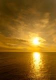 Sun inställning över Blacket Sea Royaltyfri Bild